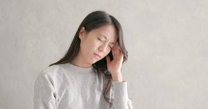 woman havin a migraine